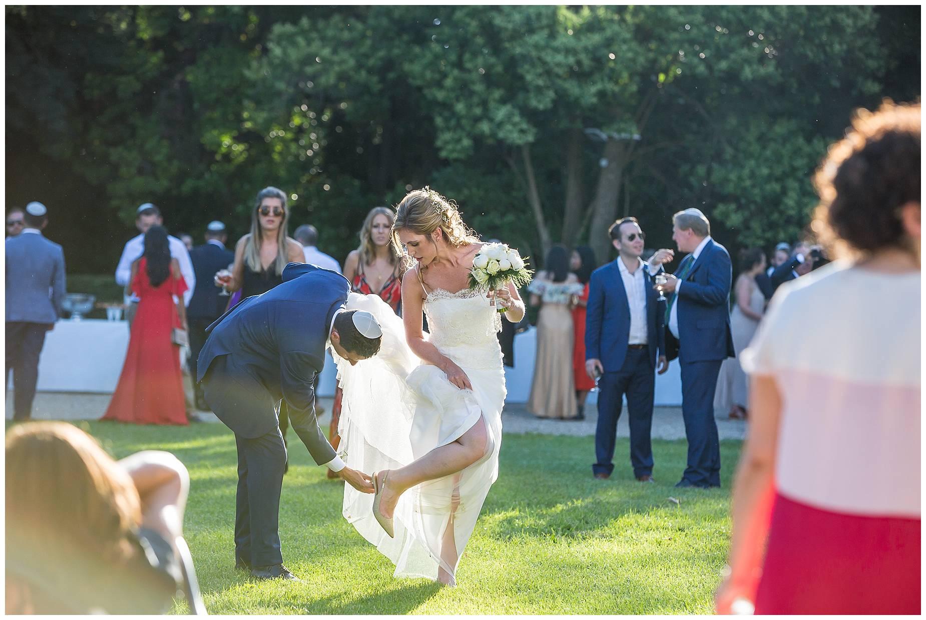 bride gets stuck in grass