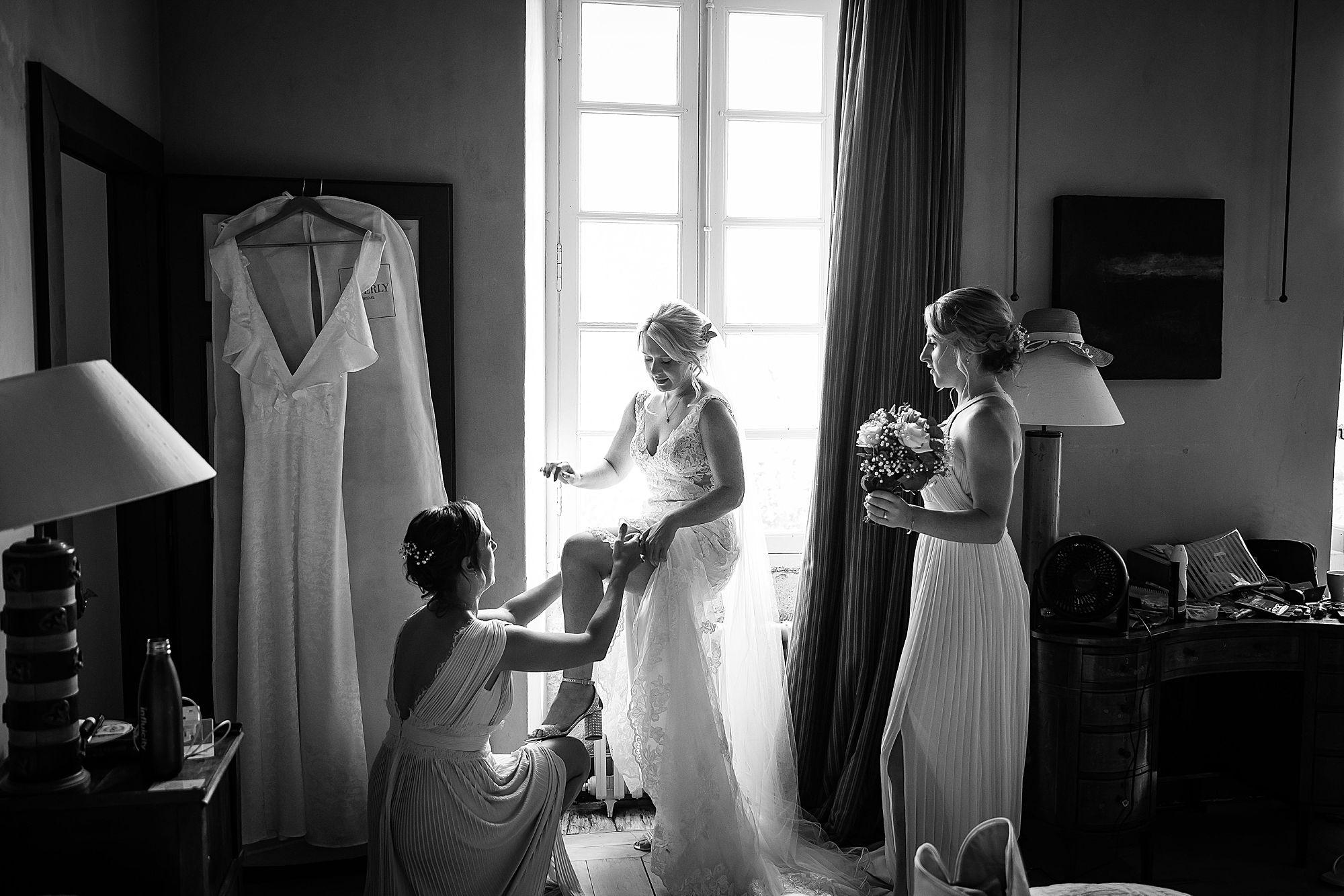 bride puts on garter.