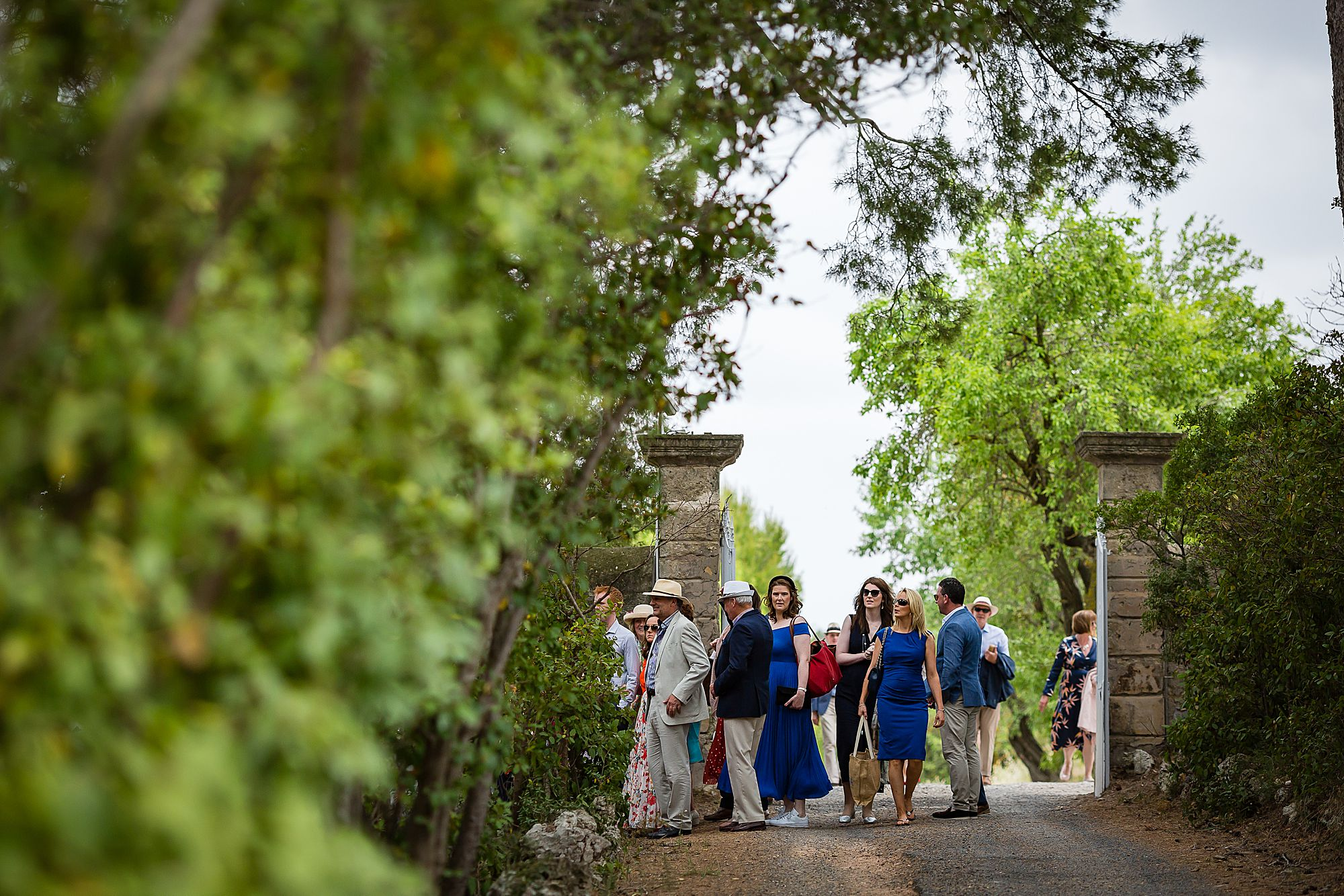 guest arrive at Domaine de la Grangette wedding